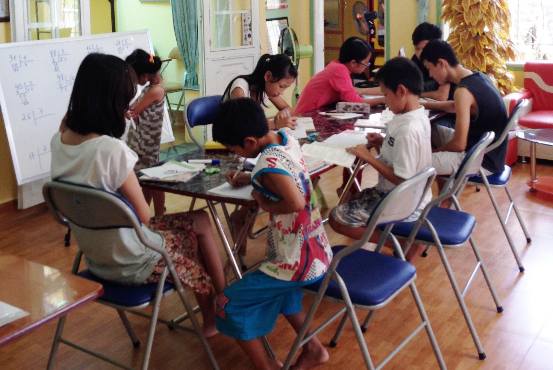 bambini che studiano presso la Casa del Sorriso di CarethePeople