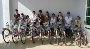 donare biciclette ai ragazzi per andare a scuola