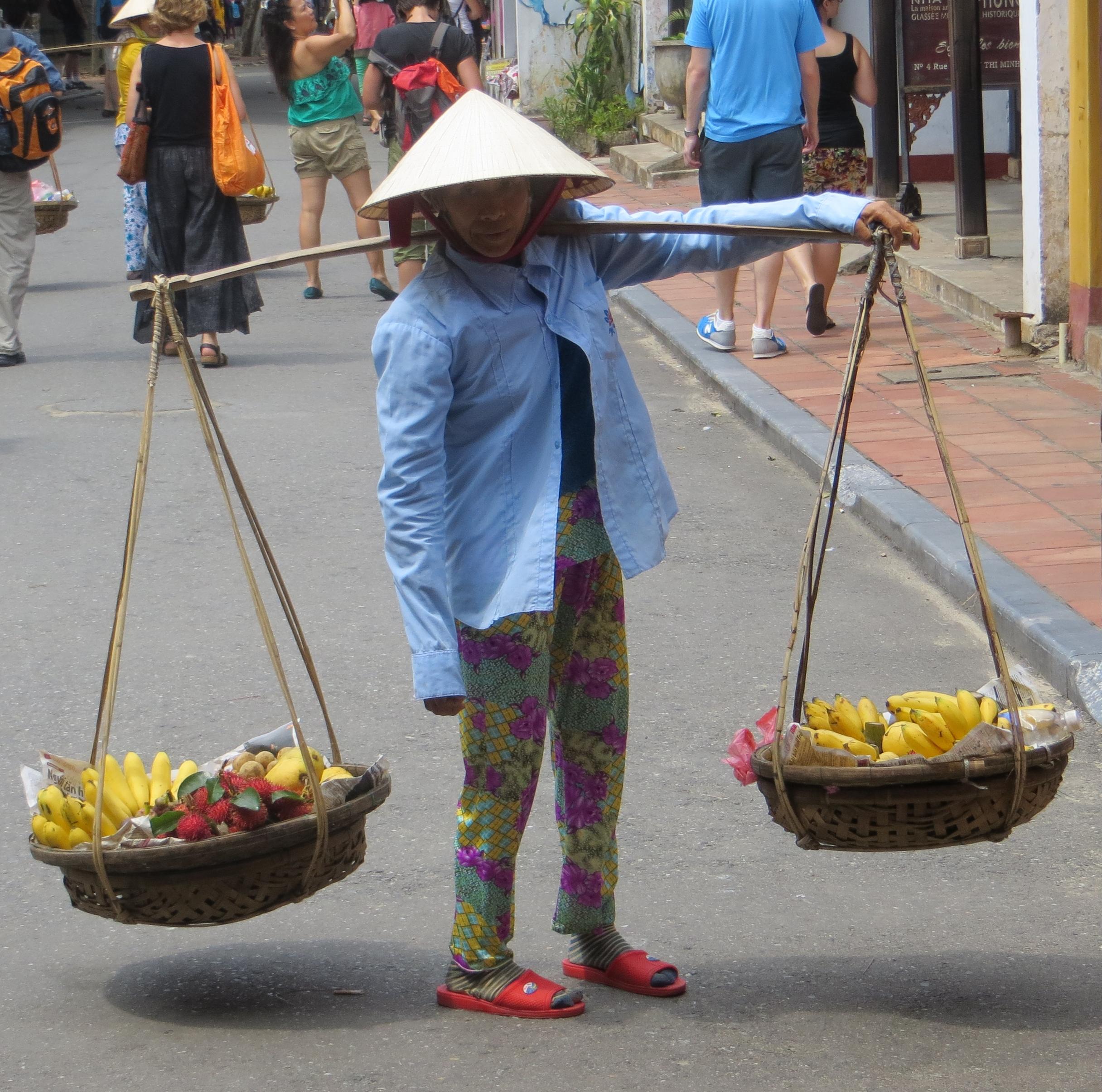 regione da nang - uomo con frutta